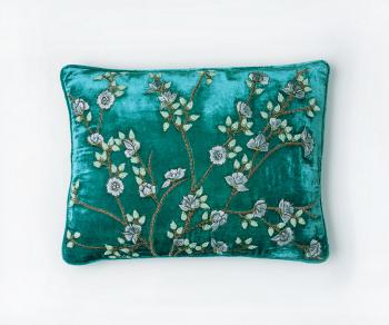 Fina - silk velvet cushion in shaded oro