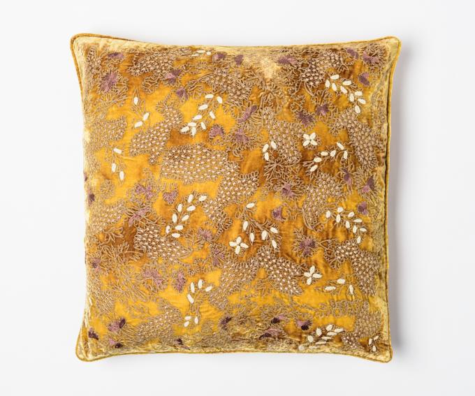 Fina silk velvet cushion in slik velvet featuring hand embroidered flowers